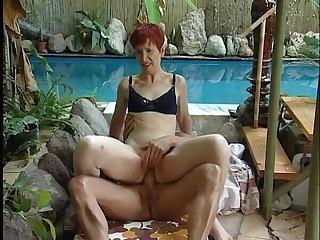 Schwanz und Hand in der Oma Fotze